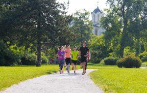Tekaška skupina teče po parku Tivoli