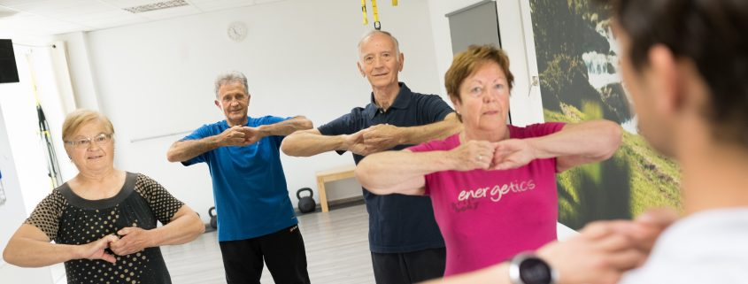 raztezanje-na-vadbi-za-starejše