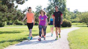 Skupina tekačev začetnikov hodi po parku.