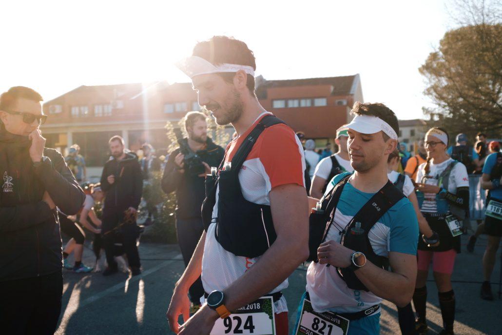 Trail tekača se pripravljata na start ultramaratona.