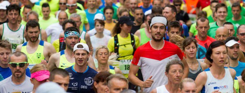 Gneča tekačev teče na Ljubljanskem maratonu.