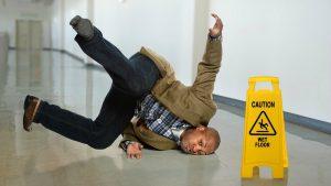 Padec moškega na mokrih tleh.