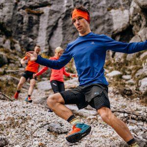 3 trail tekači tečejo po klancu navzdol.