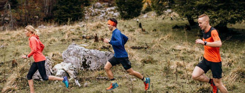 3 trail tekači tečejo po planoti eden za drugim.